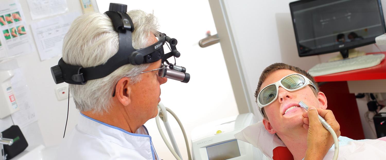 Behandlung mit Lupenbrille, Zahnarztpraxis dr. Veigel und Partner, Rheinau