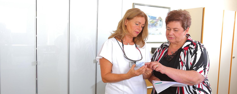 Frau Veigel in der Beratung, Praxis Dr.Veigel und Partner, Rheinau